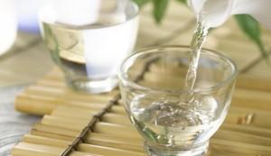 cách vệ sinh phòng tắm kính bằng rượu trắng